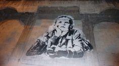 Un graphiti sur le sol de la ville représentant un petit #garçon #rêveur
