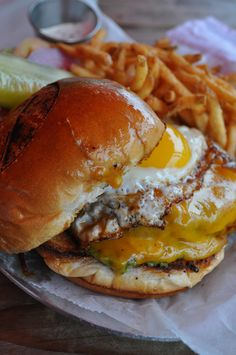 I've always wanted to try an egg on my burger! Egg Burger, Beef Recipes, Cooking Recipes, Burgers And More, Delicious Burgers, Delicious Food, Good Burger, Yummy Burger, Man Food