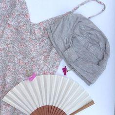 Para el verano nada mejor que un mono (jumpsuit, enterizo, buzo...😉) de flores en tonos pastel, nuestro turbante Cressida en gris jaspeado y un buen abanico  💜💗💛💚💜💗