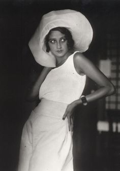 Renee Perle, a Romanian Jewish girl who moved to Paris, is famous as the first muse of the famous French photographer Jacques Henri Lartigue. Photo by Jacques-Henri Lartigue, Foto Fashion, 1930s Fashion, Fashion History, Fashion Models, Vintage Fashion, Look Retro, Look Vintage, Vintage Beauty, French Vintage