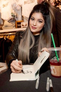PHOTOS - Kylie Jenner has popularized the trend granny hair through extensions o. PHOTOS - Kylie J Blonde Bangs, Brown Blonde Hair, Photos Kylie Jenner, Grey Hair Kylie Jenner, Kendall Jenner, Balayage Hair, Brown Balayage, Gorgeous Hair, Trendy Hairstyles