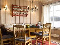 GOD PLASS: Den romslige spiseplassen består av en sittebenk og stoler. Ikea-møblene er fra 1980-tallet. Nye puter på stolene og skinn frisker opp.