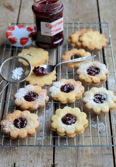 Jammie Daisy Dodgers (Biscuits/Cookies) Recipe Jammie Dodgers: Jammie Dodgers are a popular British biscuit, made from shortbread with a raspberry flavoured jam filling. British Biscuits, Buttery Biscuits, Daisy, Biscuit Cookies, Thing 1, Tray Bakes, Afternoon Tea, Cookie Recipes, Baking Recipes