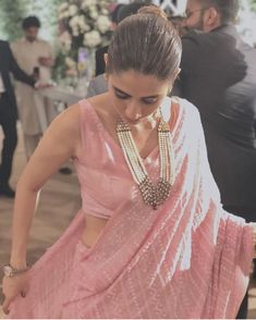 Baby pink saree and sleeveless blouse+ love the necklace and watch Indian Attire, Indian Wear, Indian Dresses, Indian Outfits, Shadi Dresses, Baby Pink Saree, Saree Jewellery, Simple Sarees, Trendy Sarees