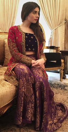Eastern Winter Formal Fashion Look with 2019 Velvet Dresses – Designers Outfit. Eastern Winter Formal Fashion Look mit 2019 Velvet Dresses - Designer Outfits Kollektion Desi Wedding Dresses, Pakistani Formal Dresses, Shadi Dresses, Pakistani Dress Design, Indian Dresses, Pakistani Mehndi Dress, Dress Wedding, Pakistani Fashion Party Wear, Pakistani Wedding Outfits
