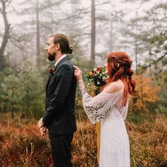 Who is doing (or did!) a First Look for their wedding day? I did and it was my favorite part of the day ❤️❤️ See more from this gorgeous First Look and Breakfast editorial we are sharing #onGWS today {link in profile} to get you inspired - plus there are lots of gorgeous #fall colors!! to this team photos + design: @lillywhitephotography // florals: @picktulip // table rentals: @madmadedesigns // dress: @ruedeseinebridal
