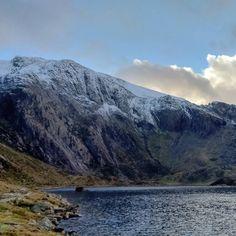 Glyder Fawr and Llyn Idwal #cwmidwal #llynidwal #wales #snowdonia #snowdonianationalpark #snow #mountains #glyders #glyderau #mountains #glyderfawr #lake
