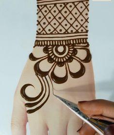 Mehendi Designs For Kids, Latest Simple Mehndi Designs, Cute Henna Designs, Henna Tattoo Designs Simple, Simple Arabic Mehndi Designs, Back Hand Mehndi Designs, Mehndi Designs Book, Stylish Mehndi Designs, Mehndi Designs For Beginners