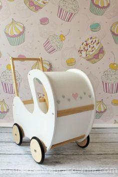 Wózek dla lalek wykonany z ekologicznych materiałów, Ręcznie malowany farbą bezpieczną dla dzieci ( Norma Europejska EN71)  Istnieje…