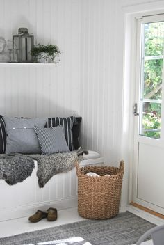 White and grey entryway - cosy textures, washed out colours and simple storage