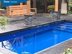 Terrasse et colonnade en ardoise autour d'une piscine creusé. Aménagement d'ardoise. Tuiles d'ardoise. Aménagement extérieur piscine et ardoise.