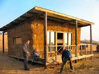 straw bale house under construction Eco Buildings, Small Buildings, Straw Bale Construction, Off Grid House, Tadelakt, Straw Bales, Tiny House, Earth Homes, Natural Building