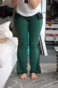 Включите вспышки брюки в узкие брюки