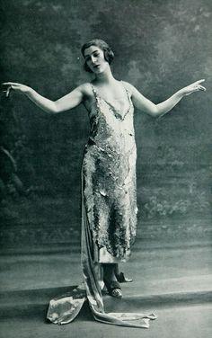 """Les Modes (Paris) May 1921 """"Venus"""" Robe du Soir par Lucien Lelong"""