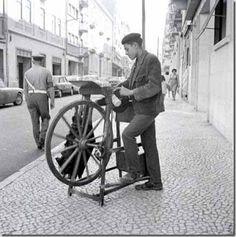 Amolador de tesouras ! Etnografia e Folclore: Profissões Antigas Old Pictures, Old Photos, Nostalgic Pictures, Cities, Photography Tours, Old Postcards, Historical Photos, Portuguese, Black And White Photography
