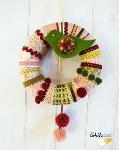 Corona de lana en tonos verdes, rosas y burdeos / green&burgundy wool wreath