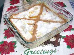 Torta de Maçã de Microondas  - 3 maçãs  - 2 ovos  - 1 lata de leite condensado  - 2 c. sopa de açúcar  - raspas de limão ou canela para decorar  Corte as maçãs em fatias e forre um refratário. Bata o leite condensado com as 2 gemas e coloque sobre as maçãs. Bata as claras em neve com o açúcar e coloque esse merengue por cima de tudo. Leve ao microondas por 8 minutos. Enfeite como quiser e sirva.