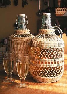 Photo - Newspaper weaving You are in the right place about DIY decorating rustic Here we offer you the most - Bamboo Crafts, Wood Crafts, Diy And Crafts, Newspaper Basket, Newspaper Crafts, Paper Weaving, Weaving Art, Rattan, Brindille