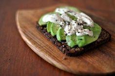 Alimento sempre più apprezzato, specie nell'ambito di un'alimentazione sana e bilanciata, l'avocado trova spazio in tutta una serie di preparazioni, dall'antipasto al dolce. Proprio nella prima catego
