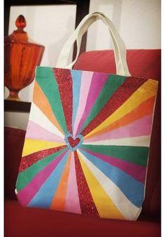 Que tal criar uma bolsa-sacola super colorida divertida? A dica é de Alexa Westerfield, do blog The Swell Life.