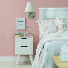 Um quarto romântico pede toques delicados na hora de compô-lo. A dica é abrir espaço para os tons suaves elementos claros e um criado mudo fofo para deixar a decor ainda mais graciosa.  Produtos: - Cabeceira Yasmin 140 M Bco; - Jogo Cama Queen Orleans Living Art Classico.  #casamobly #producaomobly #designdeinteriores #arquiteturadeinteriores #design #decorating #inspiring #inspiração #home #homesweethome #mobly #moblybr #inspiration #inspiração #penteadeira #decor #homedecor…