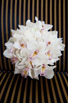Hermoso ramo de novia hecho en su totalidad con orquídeas blancas.