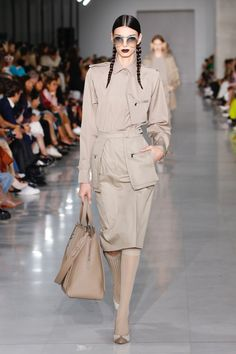 Fashion Week Milan Spring/Summer 2020 look 38 from the Max Mara collection womenswear Women's Runway Fashion, Fashion Week, Fashion 2020, London Fashion, Fashion Ideas, Max Mara, Beige Dress Outfit, Colorful Fashion, Mantel