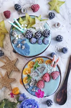 Blue Smoothie Bowls ⋆ Fruit Fairy m Pretty Who hasn't been dreaming about naturally coloured blue foods? A dream … Vegan Smoothies, Fruit Smoothies, Coconut Smoothie, Bol Cake, Coconut Bowl, Blue Food, Clean Eating Snacks, Eating Healthy, Yummy Food
