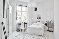 Spacious White Scandinavian Apartment With Black Details - Gravity Home - Interior Design Fans Scandinavian Style, Scandinavian Interior Bedroom, Cosy Interior, Scandinavian Apartment, Interior Ideas, Minimalist Bedroom, Minimalist Decor, Home Bedroom, Bedroom Decor