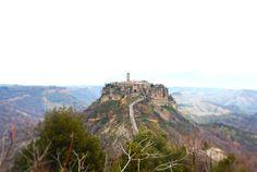イタリア中部にある2500年以上前に断崖絶壁の上に建てられた街、チビタ・ディ・バニョレッジョ(Civita di Bagnore...