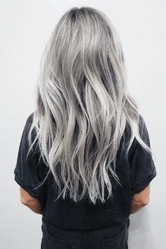 Außergewöhnlich, vielseitig und super schick: Diese überraschende Haarfarbe gewinnt das Trend-Ranking des Jahres ▻ Silver Hair!
