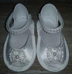 Sandália em cetim moderna e confortável para sua bebê. <br> <br>Toda decorada com perola no mesmo tom da sandália. <br> <br>Linda e delicada para qualquer ocasião permitindo que sua bonequinha esteja com um calçado fino e delicado. <br> <br>Disponível no tamanho 16 <br> <br>No caso de encomendas consultar cores e tamanhos do 13 ao 19