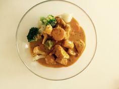 Kyllinggryte  - 2 person -  Ingredienser:   500 g kyllingfile 1 pose Toro thai kyllinggryte 300 g brokkoliblanding  Ris  Fremgangsmåte:   *Kok ris    *Stek kylling  *Tilsett gryta og grønnsaker
