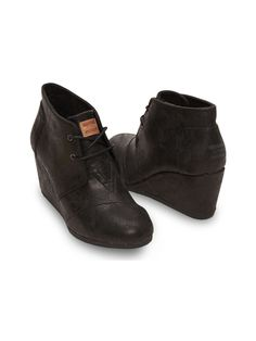 Stroll into the holiday season in these women's Black Metallic Synthetic Leather Desert Wedges.