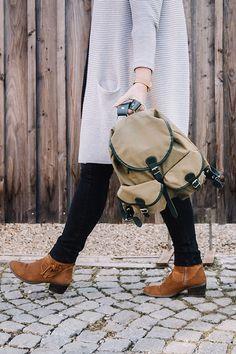 Dieser wasserabweisender Wanderrucksack aus Segelleinen wird in Tirol handgefertigt. Helmut Schmarda entwickelte den altbewährten Jagdrucksack weiter und komplettierte ihn mit einer Reißverschlusstasche auf der Innenseite des Deckels. Für die Trageriemen und Einfassungen griff er zu bestem Rindsleder. Am Rücken des Rucksacks befindet sich eine sogenannte Hasentasche – für Dinge, die man schnell braucht, wie Taschentücher oder Wanderkarte. Leather Backpack, Backpacks, Bags, Fashion, Accessories, Special Gifts, Shopping, Handmade, Handbags