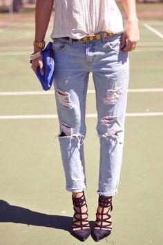 513f43cdc4af Worn jeans and strappy suede heels. Short En Jean