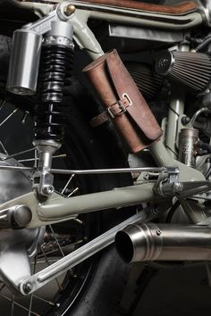 Vagabund Moto's Honda CB450 K5 cafe racer Brooks tools bag close up