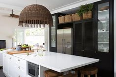 The Plantation Style Home of Alanna Smit Photography: Simon Whitbread Words: Bly Carpenter At a time when Australia's interpretation of plantation, Hamptons and coastal style interiors has become (dare we say… Cottage Kitchens, Home Kitchens, Builder Grade Kitchen, Plantation Style Homes, Colonial Kitchen, Apartment Makeover, Cuisines Design, Coastal Style, Home And Living
