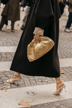 Street style: The most beautiful bags spotted at Paris Fashion Week High End Fashion, Big Fashion, Fashion Editor, Fashion Week, Star Fashion, Look Fashion, Paris Fashion, Couture Fashion, Fashion Bags
