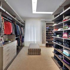 Closet com puff Marrom de Closet de Bender Arquitetura - Viva Decora