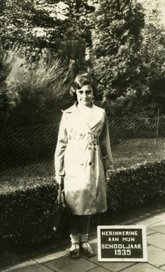 Margot Frank is Anne Frank's sister. She's three years older. She's nine years old when this photo is taken in Margot Frank, Anne Frank Amsterdam, Jewish History, School Photos, Interesting History, Historical Photos, World War Ii, Wwii, Frankfurt