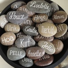 Billedresultat for bordkort Wedding Favours, Diy Wedding, Wedding Gifts, Ostern Party, Wedding Decorations, Table Decorations, Place Names, Wedding Places, Stone Art