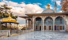 Wondering what to do in Istanbul in 3 days? In this guide, you will find a 3 day Istanbul itinerary. What to do in Istanbul in 3 days things to do and see. Muslim Holidays, New Palace, Visit Turkey, Royal Residence, Islamic World, Islamic Art, Hagia Sophia, Small Buildings, Turkey Travel