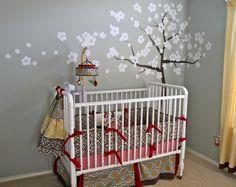 Arbre sur un mur gris de la chambre du bébé