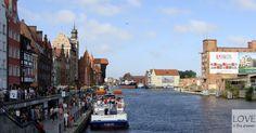 Nasz ukochany Gdańsk jest miejscem, które szczególnie sobie upodobaliśmy. Życie płynie tu zdecydowanie wolniej niż w zabieganej stolicy. Dodatkowo znajdują się tu ludzie, miejsca i rzeczy, które kochamy… (abstrahując od wiecznie niepunktualnej komunikacji miejskiej!) Postanowiliśmy podzielić się z Wami kilkoma spostrzeżeniami i ciekawostkami. O wielu na pewno słyszeliście, o innych może nie. Tak czy inaczej nasz blog nie mógłby istnieć bez Gdańska!❤