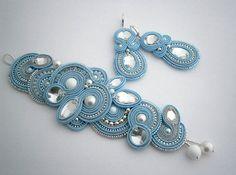 He encontrado este interesante anuncio de Etsy en https://www.etsy.com/es/listing/206371411/blue-and-silver-soutache-set-bracelet