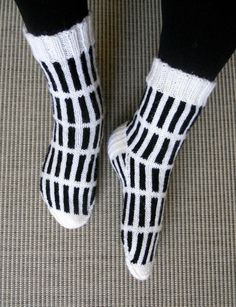 """Alvar Aallon """"Sienna-kuvion"""" innoittamana sukat 7-veljestä langasta, puikot 3 1/2. Knitting Socks, Fashion, Knit Socks, Moda, Fashion Styles, Fashion Illustrations"""