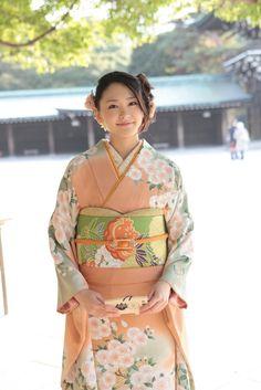 成人式 Wearing furisode at a coming of age ceremony symbolizes a fresh start in your life. It also symbolizes getting rid of the bad and attracting the good.