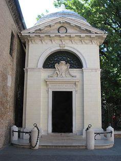 Dantes tombe in een neoclassicistische stijl, ontworpen door architect Camillo Morigia, 1780.