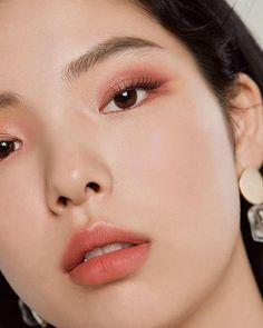 #KoreanBeautyTips Asian Makeup Looks, Korean Natural Makeup, Korean Makeup Tips, Korean Makeup Look, Asian Eye Makeup, Monolid Makeup, Bridal Makeup For Brown Eyes, Ulzzang Makeup Tutorial, Make Up Tutorial Contouring